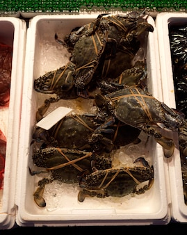 Close-up krat van verse kreeften op de vismarkt