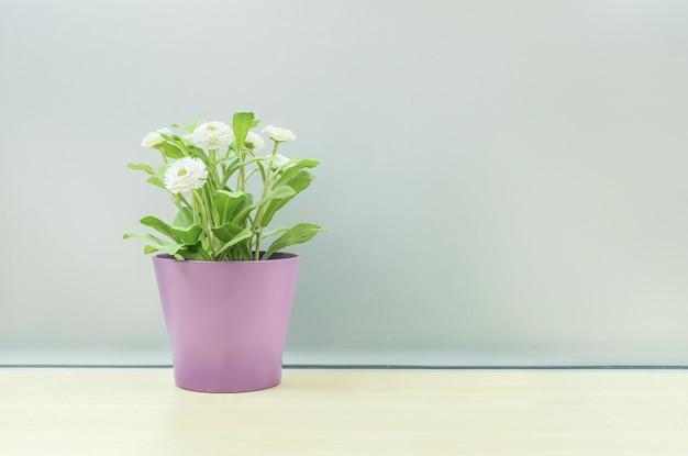 Close-up kunstmatige plant op pot op bureau geweven achtergrond
