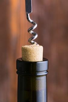 Close-up kurketrekker en hoofd van wijnfles