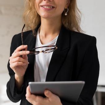 Close-up leraar met tablet