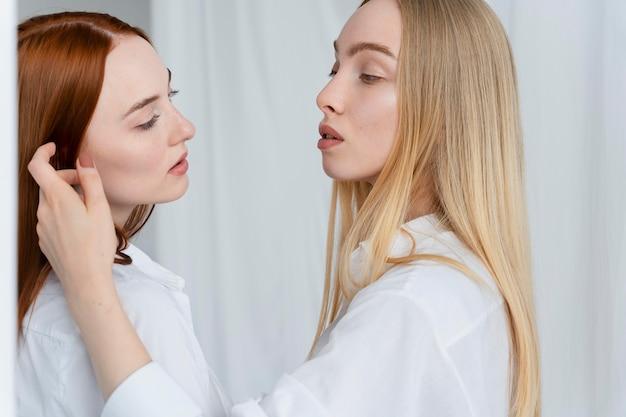 Close-up lesbiennes poseren samen