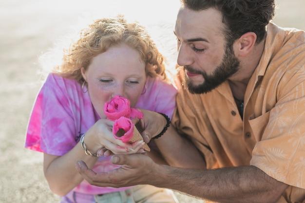 Close-up leuk paar met roze ijs