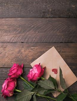 Close-up, macro-opname. een roze roze bloei. natuurlijke heldere rozen achtergrond voor valentijnsdag