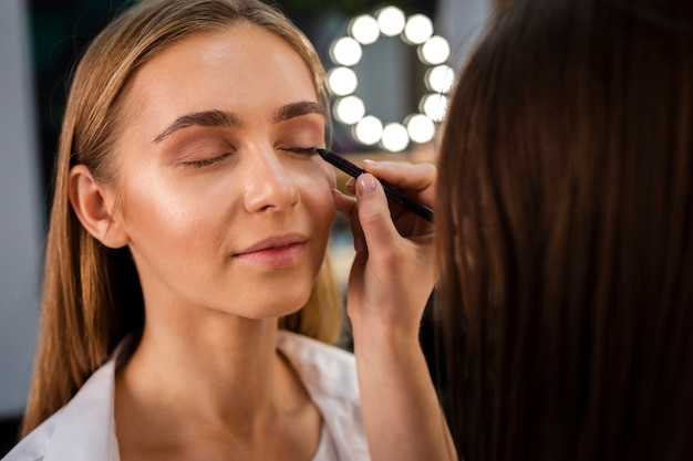 Close-up make-up artist oogschaduw toe te passen