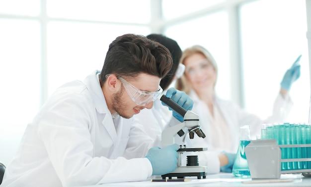 Close up.male wetenschapper gebruikt een microscoop in het laboratorium .science and health