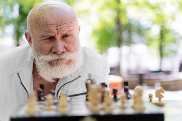 Close-up man aan het schaken
