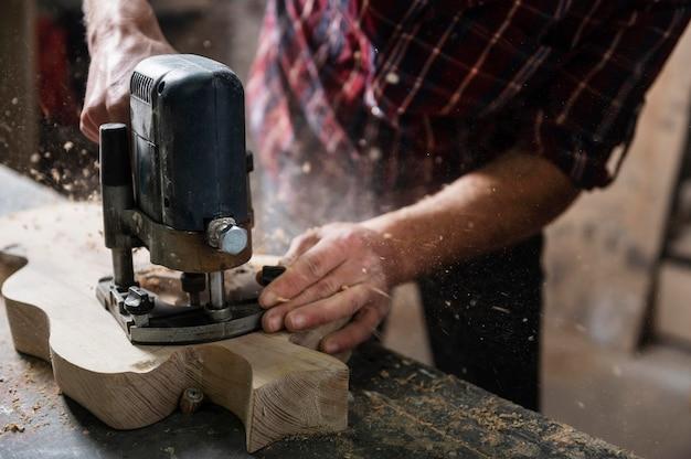 Close-up man aan het werk met hout