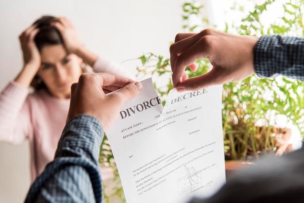 Close-up man breken echtscheiding decreet
