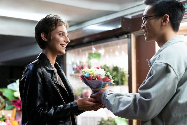 Close-up man die bloemen aanbiedt offering