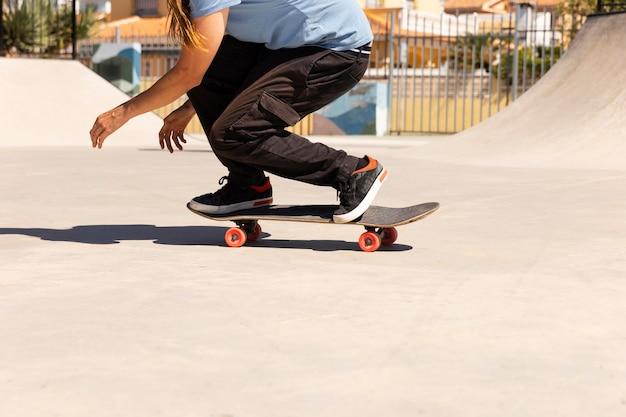 Close-up man doet truc op skateboard