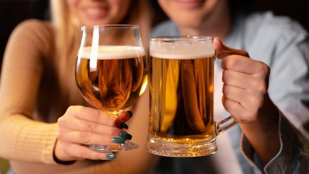 Close-up man en vrouw in pub