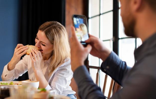Close-up man fotograferen met telefoon