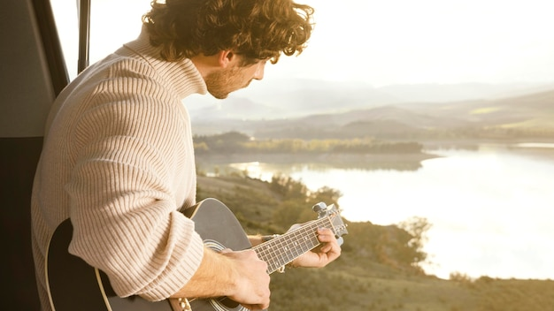 Close-up man gitaar spelen
