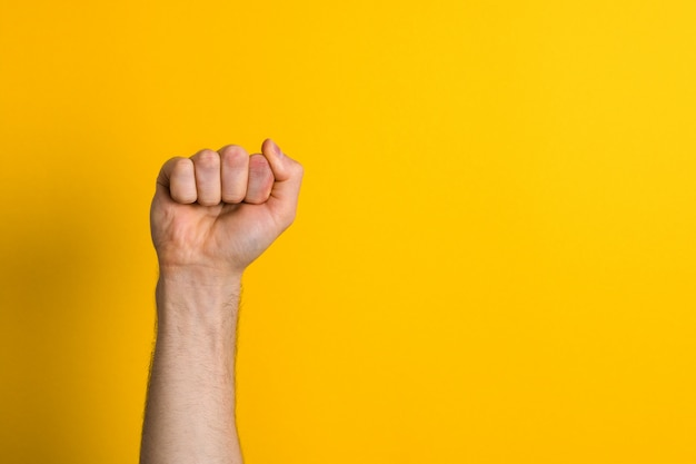 Close-up man hand vuist. winnaar en machtsteken