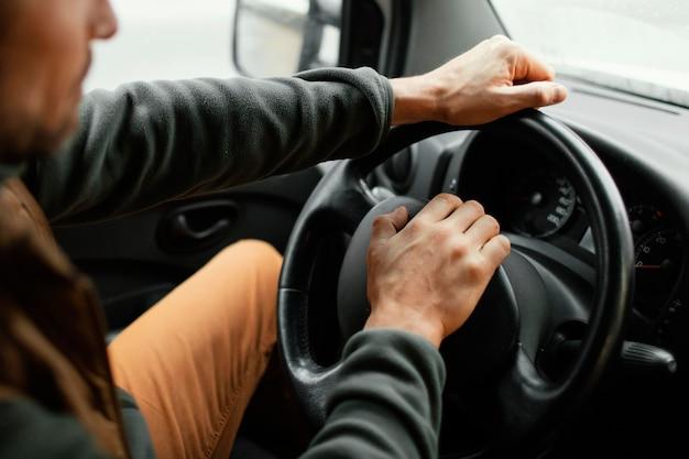 Close-up man in de auto rijden