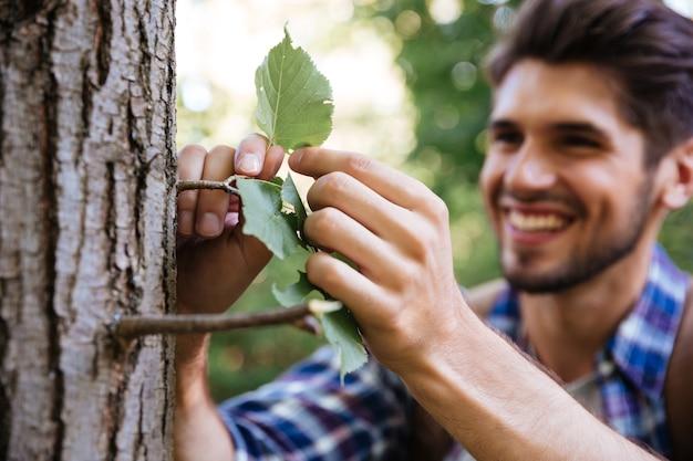 Close-up man in de buurt van de boom