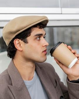 Close-up man koffie drinken