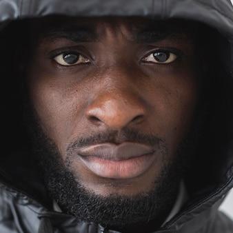 Close-up man met een hoodie