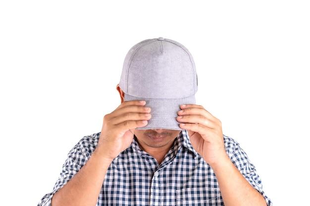 Close-up man met grijze pet en verberg zijn gezicht
