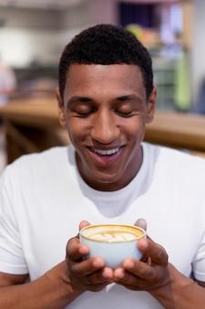 Close-up man met koffiekopje