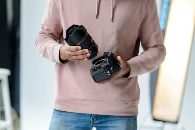 Close-up man met lens