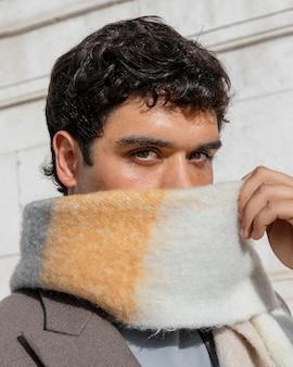 Close-up man met sjaal