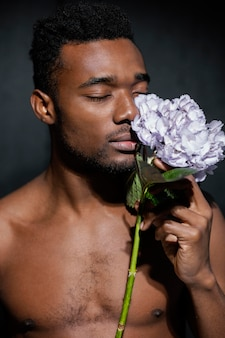 Close-up man mooie bloem ruiken