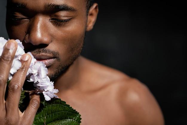 Close-up man portret met bloemen
