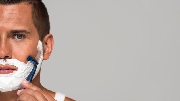 Close-up man scheren met kopie-ruimte