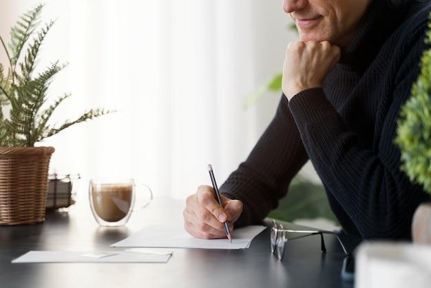 Close-up man schrijven brief
