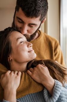 Close-up man vrouw kussen op voorhoofd