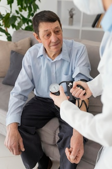 Close-up man wordt gecontroleerd door arts