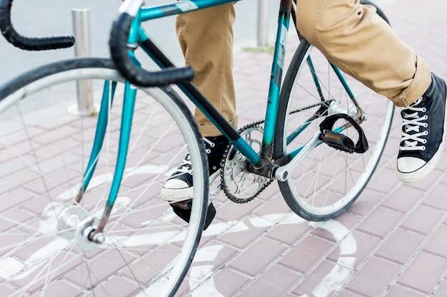 Close-up man zijn fiets rijden
