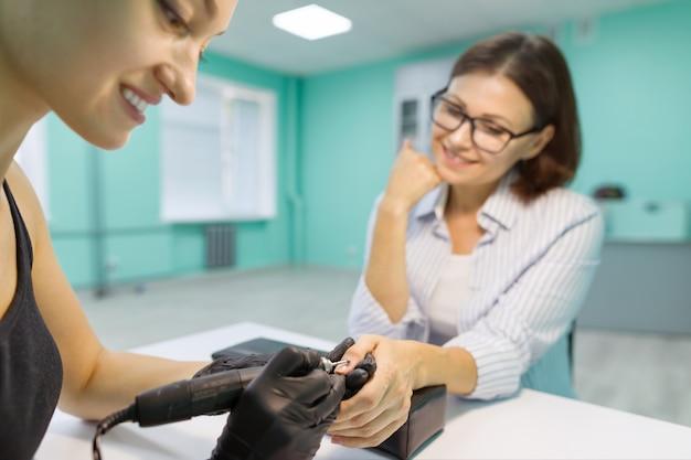 Close-up manicure proces
