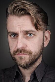 Close-up mannelijk portret in stijl mode-tijdschrift