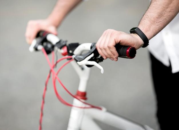 Close-up mannelijke berijdende fiets in openlucht