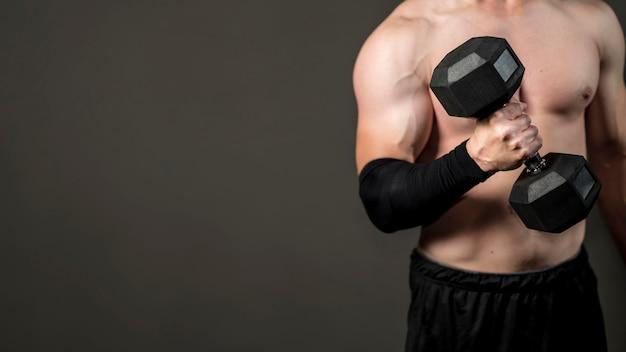 Close-up mannelijke lifthing gewichten