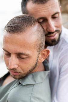 Close-up mannen die elkaar vasthouden