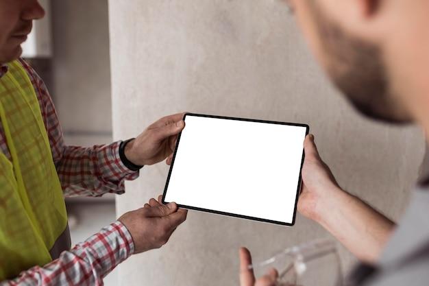 Close-up mannen die tablet houden