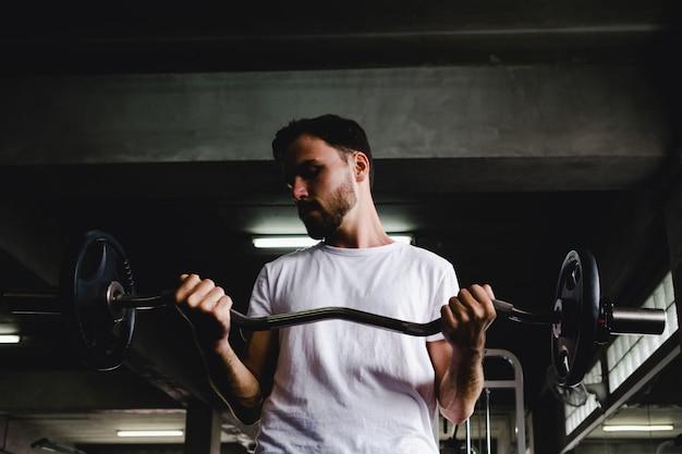 Close-up mannen gezonde halter training en bouw lichaam op gym fitness
