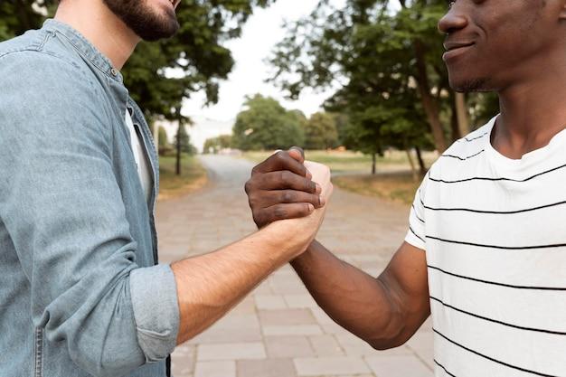 Close-up mannen hand in hand