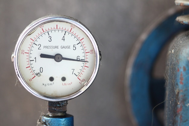 Close-up manometer met compressor.