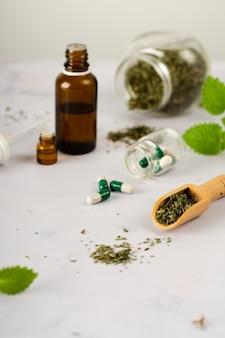 Close-up medische behandeling met kruiden op de tafel