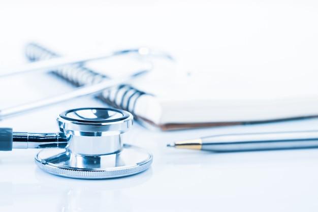 Close-up medische stethoscoop met lege kladblok als medisch concept