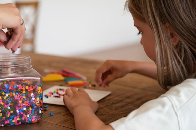 Close-up meisje creatief thuis