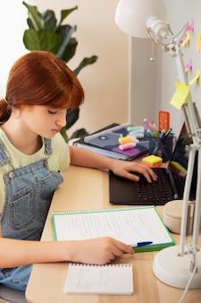 Close-up meisje dat notities leest