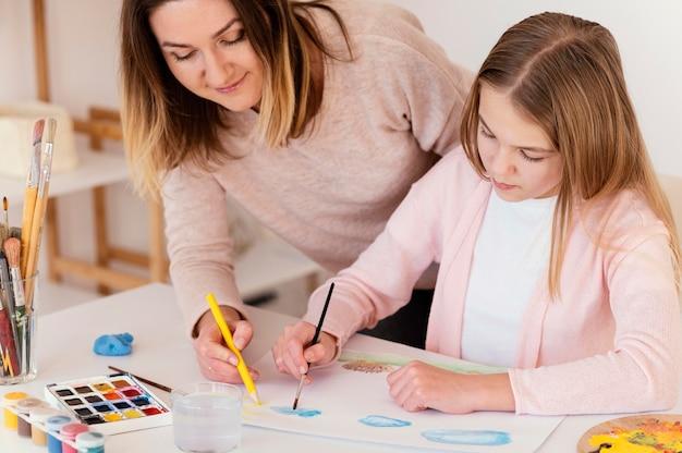 Close-up meisje en vrouw schilderen