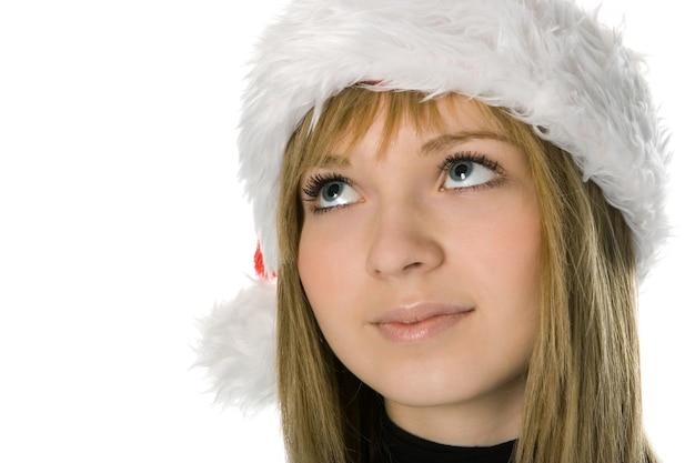 Close-up meisje gezicht in kerstmuts op witte achtergrond