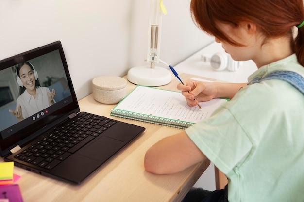 Close-up meisje in online klas