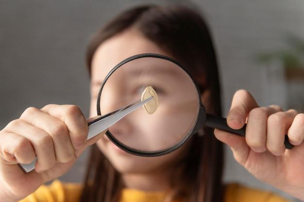 Close-up meisje kijken naar zaad